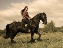 Muchacha joven del montar a caballo Fotos de archivo