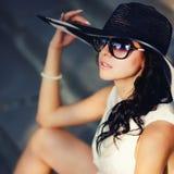 Muchacha joven del verano que lleva un sombrero Foto de archivo libre de regalías