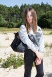 Muchacha joven delgada apta del adolescente con el bolso negro Imagen de archivo libre de regalías