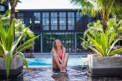 Muchacha joven, deportiva y hermosa que reflexiona sobre un embarcadero en el verano Concepto de la yoga foto de archivo libre de regalías