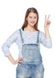 Muchacha joven feliz del adolescente que muestra el gesto de la victoria aislado Imagenes de archivo