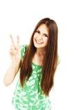Muchacha joven feliz del adolescente que muestra la muestra de la victoria Foto de archivo