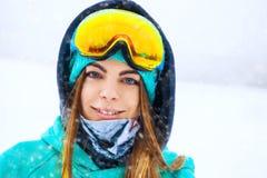Muchacha joven feliz del snowboarder en gafas de la snowboard Imagen de archivo libre de regalías