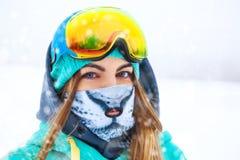 Muchacha joven feliz del snowboarder en gafas de la snowboard Foto de archivo