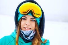 Muchacha joven feliz del snowboarder en gafas de la snowboard Imágenes de archivo libres de regalías