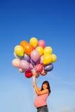 Muchacha joven feliz hermosa de la mujer embarazada al aire libre con los globos fotografía de archivo