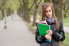 Muchacha joven fresca del estudiante en el parque. Fotografía de archivo