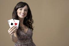 Muchacha joven hermosa atractiva del casino fotos de archivo