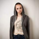 Muchacha joven hermosa de la juventud con la cabeza afeitada en sudadera con capucha Fotografía de archivo