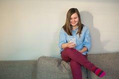Muchacha joven hermosa del adolescente en casa que fija en el sofá Imagen de archivo