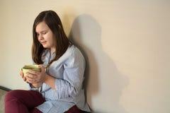 Muchacha joven hermosa del adolescente en casa que fija en el sofá Foto de archivo libre de regalías