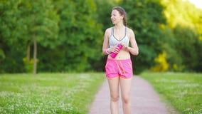 Muchacha joven hermosa del deporte que corre al aire libre Corredor - mujer que ejecuta al aire libre el entrenamiento para la co metrajes