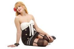 Muchacha joven hermosa del perno-para arriba que presenta sobre el fondo blanco imagenes de archivo