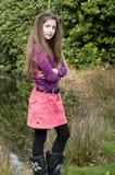 Muchacha joven linda de la manera en parque imagen de archivo