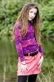 Muchacha joven linda de la manera en parque imagenes de archivo