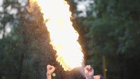 Muchacha joven linda de la tolerancia que realiza una demostración con la llama que se coloca delante de la exhalación experta de almacen de video