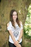 Muchacha joven linda del adolescente contra árbol en verano Imagen de archivo