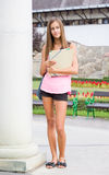 Muchacha joven muy linda del estudiante al aire libre. Imágenes de archivo libres de regalías