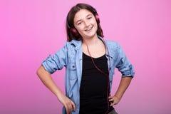 Muchacha joven sonriente del adolescente que escucha la música Imágenes de archivo libres de regalías