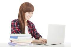 Muchacha joven sonriente del estudiante con el libro y el ordenador portátil Fotos de archivo libres de regalías