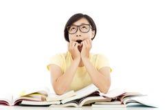 Muchacha joven sorprendida del estudiante con muchos libro Imagen de archivo libre de regalías