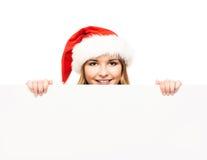 Muchacha joven y atractiva del adolescente con una cartelera en blanco Fotos de archivo libres de regalías