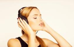 Muchacha joven y bonita que escucha la música Imagenes de archivo