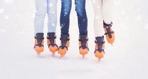 Muchacha joven y bonita que patina en hielo-pista al aire libre del aire abierto en los wi Imagenes de archivo