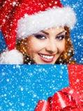 Muchacha joven y hermosa con un regalo de Navidad Imagenes de archivo