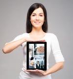 Muchacha joven y hermosa del adolescente que lleva a cabo un ipad Foto de archivo libre de regalías