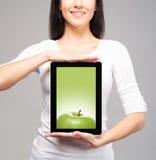 Muchacha joven y hermosa del adolescente que lleva a cabo un ipad Imagen de archivo libre de regalías
