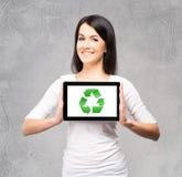 Muchacha joven y hermosa del adolescente que lleva a cabo un ipad Fotografía de archivo