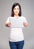 Muchacha joven y hermosa del adolescente que sostiene una PC de la tableta del ipad en h Imagenes de archivo