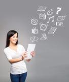 Muchacha joven y hermosa del adolescente que sostiene una PC de la tableta del ipad en h Foto de archivo libre de regalías