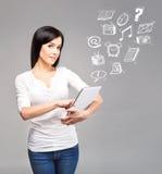 Muchacha joven y hermosa del adolescente que sostiene una PC de la tableta del ipad en h Foto de archivo