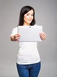 Muchacha joven y hermosa del adolescente que sostiene una tableta Fotografía de archivo libre de regalías