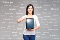 Muchacha joven y hermosa del adolescente que sostiene una tableta Foto de archivo libre de regalías