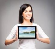 Muchacha joven y hermosa del adolescente que sostiene una tableta Imagen de archivo
