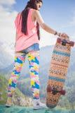 Muchacha joven y hermosa del hippie con el monopatín del longboard en la montaña Fotos de archivo libres de regalías