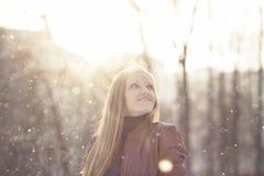 Muchacha que juega en nieve Imagen de archivo libre de regalías