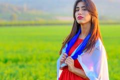 Muchacha jud?a con la bandera de Israel en paisaje que sorprende en verano hermoso fotos de archivo libres de regalías