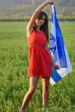 Muchacha jud?a con la bandera de Israel en paisaje que sorprende en verano hermoso foto de archivo libre de regalías