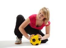 Muchacha juguetona con la bola amarilla Fotos de archivo libres de regalías