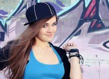Muchacha juguetona del adolescente que presenta cerca de la pared Fotografía de archivo