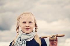 Muchacha juguetona del niño al aire libre Foto de archivo libre de regalías