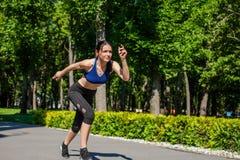 Muchacha juguetona que corre en el parque Fotografía de archivo