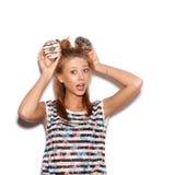 Muchacha juguetona que sostiene los anillos de espuma en su cabeza Fotos de archivo