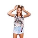 Muchacha juguetona que sostiene los anillos de espuma en su cabeza Fotografía de archivo libre de regalías