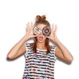 Muchacha juguetona que sostiene los anillos de espuma en sus ojos fotografía de archivo libre de regalías