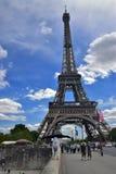 Muchacha, la torre Eiffel, Francia, París Fotos de archivo